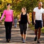 Caminar puede ayudarte a perder peso y grasa abdominal